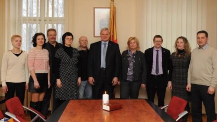 Už humanišką akciją Klaipėdos meras Vytautas Grubliauskas apdovanojo miesto veterinarijos gydytojus.