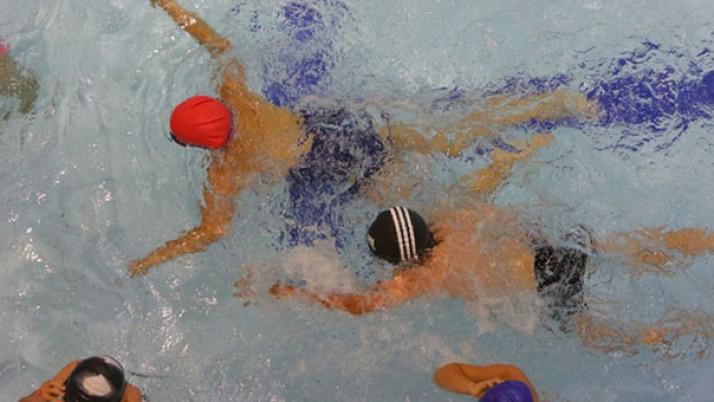 Visi antrokai mokysis plaukti